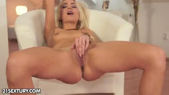Rubia masturbandose
